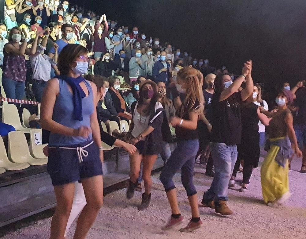 La Rue Kétanou aux Musicales de Villars. Danse dans le public.